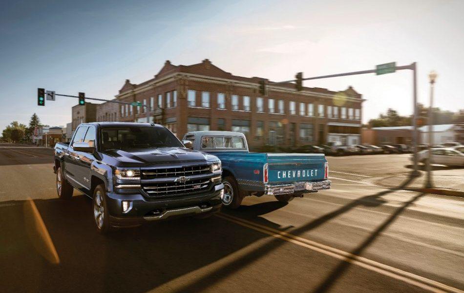 Chevrolet Silverado Centennial 2018 frente a su antecesor