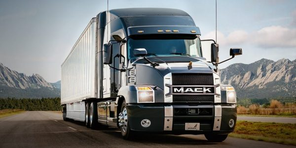 Anthem de Mack trucks con caja transportadora
