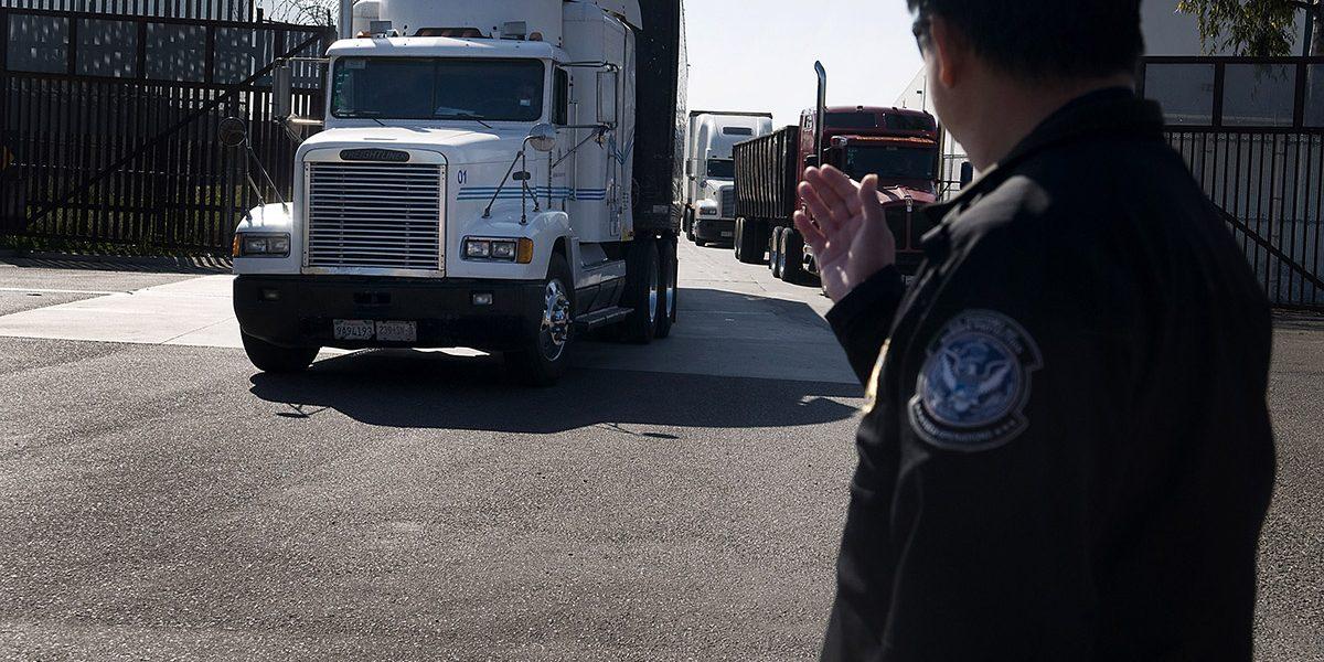 Camiones cruzando la frontera con Estados Unidos