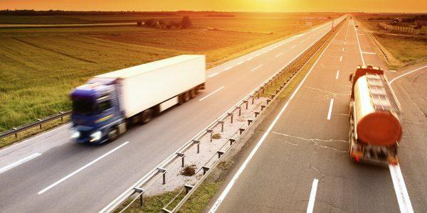 Camiones recorriendo la carretera