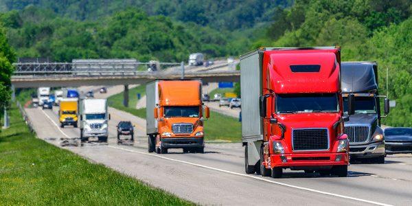 Camiones anti smig recorriendo una carretera en California