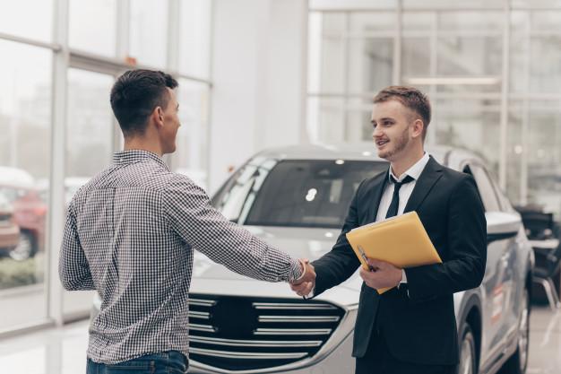 Cotizar un seguro de auto.